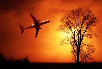 aereo di linea che vola nella nebbia invernale al tramonto © Giuseppe Porzani