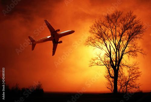 aereo di linea che vola nella nebbia invernale al tramonto