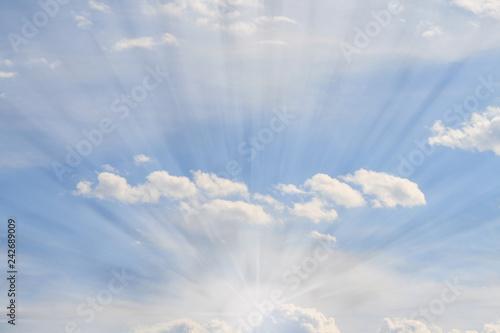 rayos de luz entre las nubes del cielo azul