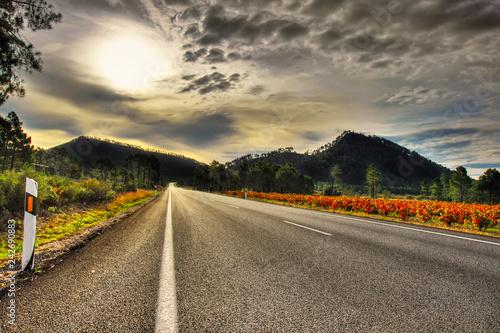 carretera entre las montañas