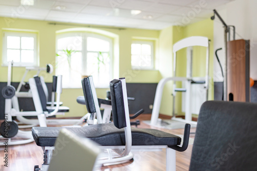Leinwanddruck Bild Fitnessstudio mit Geräten