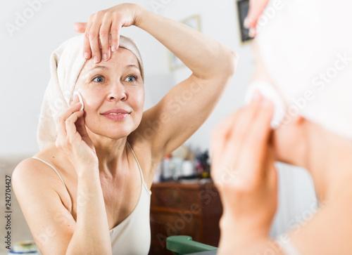 Leinwanddruck Bild Woman cleaning face