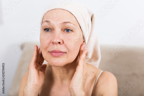 Leinwanddruck Bild Woman using face cream