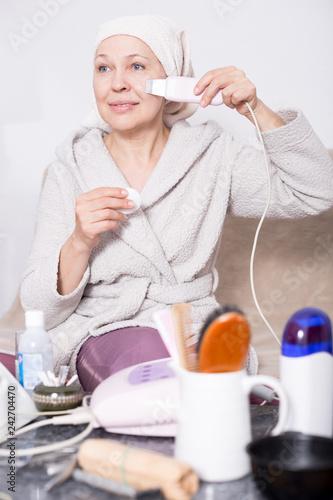 Leinwanddruck Bild Woman doing ultrasonic cleaning