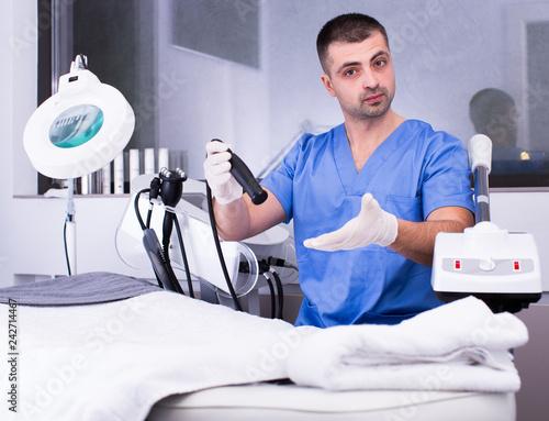 Leinwanddruck Bild Cosmetologist explaining cosmetic procedure