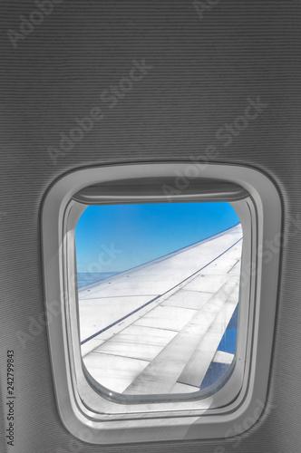 aile d'avion vue à travers hublot