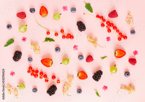 Foto Murales fresh berries on the pink background