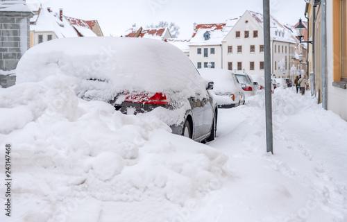 zugeschneite Autos im Winter