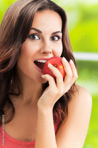 Foto Murales  smiling woman with apple