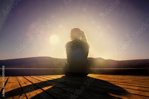 Foto Murales Frau sitzt am Steg