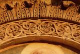 corona di foglie d'acanto e motivi floreali; arco del portale della chiesa dell'Abbazia di Santa Maria di Cerrate (Puglie) - 243209677