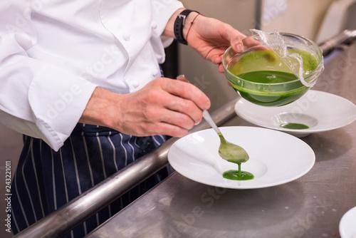 Sticker cuoco versa salsa verde nel piatto