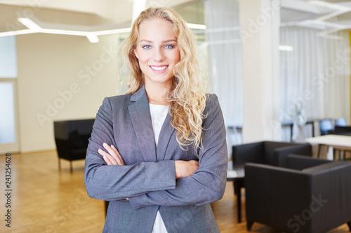 Leinwandbild Motiv Junge Frau als erfolgreiche Geschäftsfrau