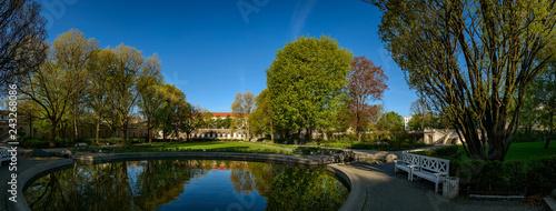 Natur in der Stadt: der denkmalgeschützte Körnerpark in Berlin-Neukölln, Blick von Osten - Panorama aus 7 Einzelbildern