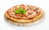 Widok z boku pizzy Margherita na białym tle