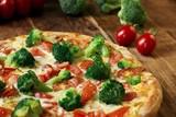 Pizza mit Brokkoli, Tomaten, Mozzarella und Sauce Hollandaise  - 243351406