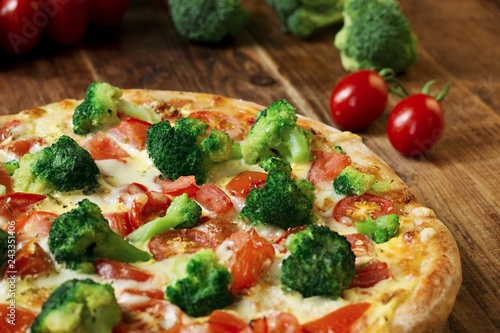 Leinwandbild Motiv Pizza mit Brokkoli, Tomaten, Mozzarella und Sauce Hollandaise