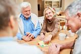 Senioren beim Brettspiel im Altenheim - 243447271