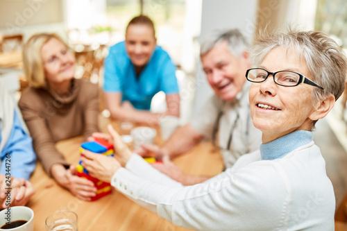 canvas print picture Senior Frau und Freunde spielen mit Bausteinen