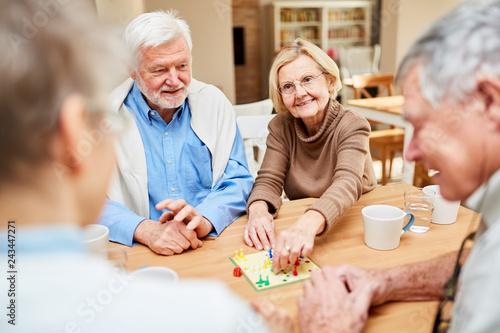 Senioren beim Brettspiel im Altenheim
