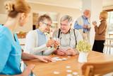 Senioren beim Puzzle spielen in der Freizeit - 243447455