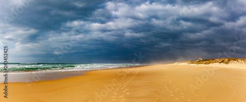 Wolken am Strand - 243452425