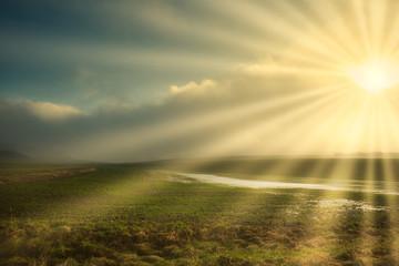 Sonnenstahlen in der Nebellandschaft