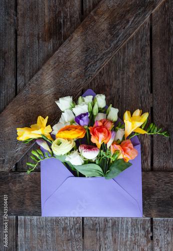 Leinwanddruck Bild Lila Briefumschlag mit frischen Blumen