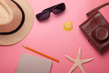 hat, vintage camera, sunglasses, starfish, shell, sketchbook isolated on pink background, copyspace mid © Schum
