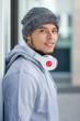 Sport Training junger Mann Latino Winter kalt Hochformat Jogger