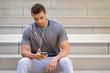 Musik hören junger Mann Latino Textfreiraum Copyspace