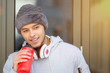 Sport Training junger Mann Latino trinken trinkt Wasser Textfreiraum Copyspace Jogger Winter Fitness