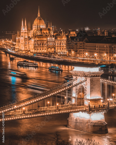Wall mural Panorama of the Hungarian Parliament, and the Szechenyi Chain bridge over the River Danube, Budapest, Hungary, at night