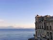Quadro palazzo antico sulla costa di napoli con lo sfondo del mare blu