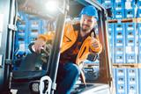 Fototapeta Panele - Arbeiter zeigt die Daumen hoch in Logistik Lagerhaus © Kzenon
