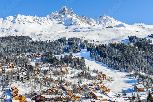 fototapeta na ścianę France, Savoie : Chalets de Meribel aux pieds des piste de ski.