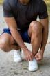 Schuhe binden zubinden junger Jogger Laufen joggen Hochformat starten bereit fertig Sport Training Jogging Fitness