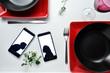deux silhouette d'amoureux sur des téléphones posés sur une table de restaurant