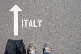 Ein Mann mit einer Reisetasche unterwegs in Richtung Italien - 243795498