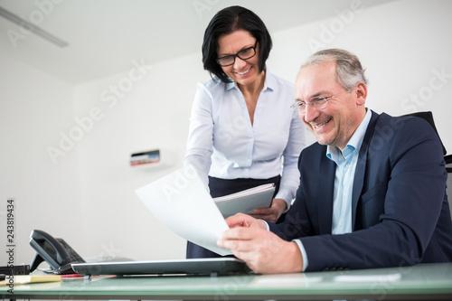 fototapeta na ścianę Geschäftsführer und Kollegin mit Akte