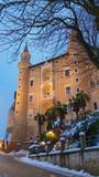 Palazzo Ducale al crepuscolo nel centro di Urbino - 243831478