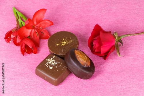 Fleurs rouges et chocolat pour la Saint Valentin - 243837263