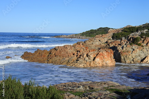 Felsen am Strand von Plettenberg Bay in Südafrika
