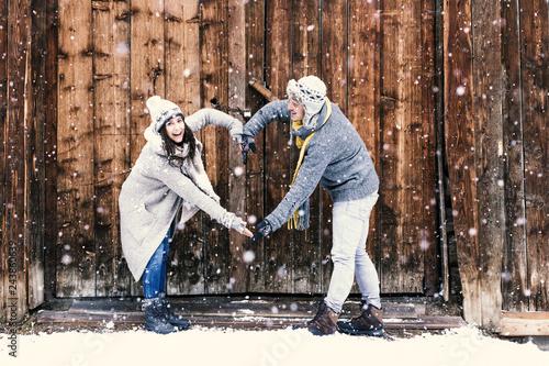 Verliebtes Paar im Winter Valentinstag machen ein Herz mit den Armen © drubig-photo