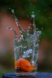 Mandarina salpicando agua