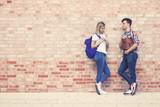 Zwei Studenten im Gespräch - 243911454