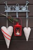 Dekoration mit Stoffherzen und Laterne in Rot - 243923839