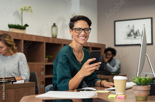 Poster Stylish business woman using smartphone