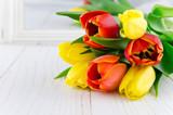 Fototapeta Tulipany - Tulpen, rot, gelb, Holz © Tatjana Balzer