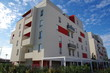 Bâtiment moderne blanc et rouge et ciel bleu dans un lotissement d'une ville de France